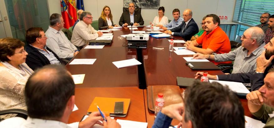 El consejero de medio rural, Javier Oria se reúne con representantes de las cofradías de pescadores de Cantabria. 28 OCTUBRE 2015 © Miguel De la Parra